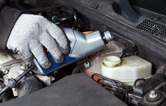 """Уровень тормозной жидкости должен находиться между отметками """"MIN"""" и """"MAX"""""""