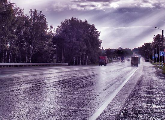 Будьте внимательны и осторожны на мокрой дороге!