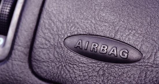 """Панель с надписью """"Airbag"""", указывает на наличие подушки безопасности в этом месте"""